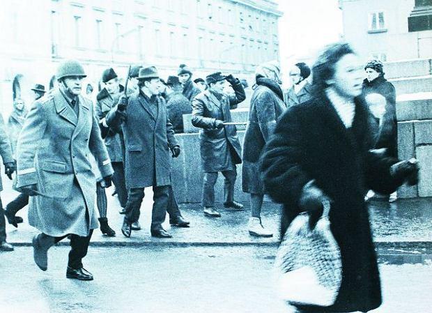 8 marca 1968 r. Krakowskie Przedmieście przed pomnikiem Kopernika. Milicjanci i ''aktyw robotniczy'', czyli pałkarze w cywilnych ubraniach, szykują się do rozpędzania studentów, którzy przyszli na wiec na Uniwersytecie Warszawskim. Studenci i studentki byli brutalnie pałowani i bici
