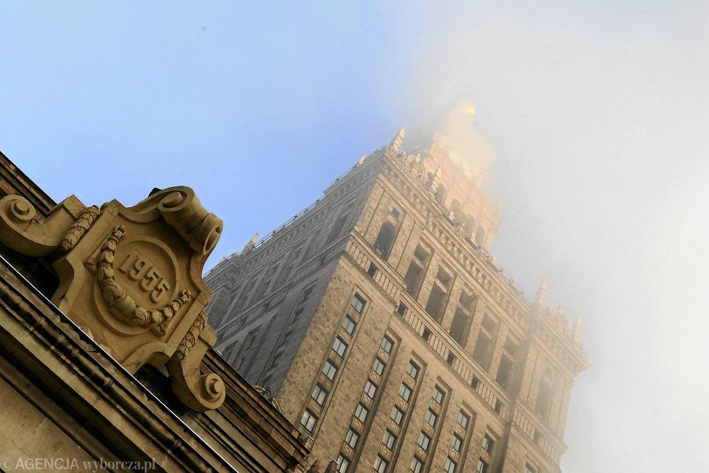 Pałac Kultury we mgle