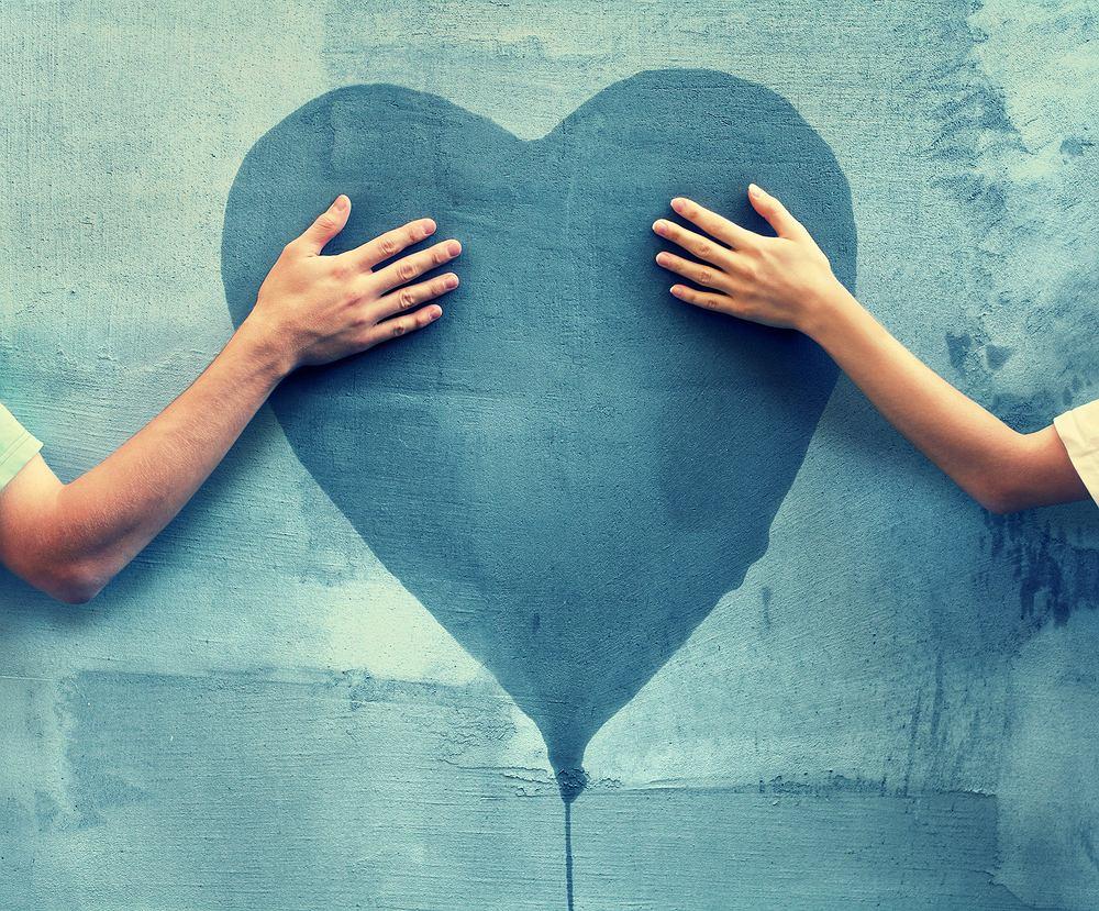 Co oznacza niebieskie serce? Znaczenie emotek na Facebooku. Zdjęcie ilustracyjne