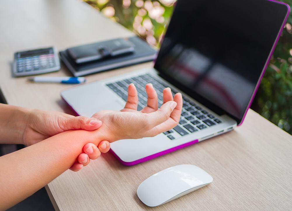 Ból nadgarstka może wynikać z przeciążenia, np. z powodu trzymania dłoni w nienaturalnej pozycji (chociażby przy pracy na komputerze)