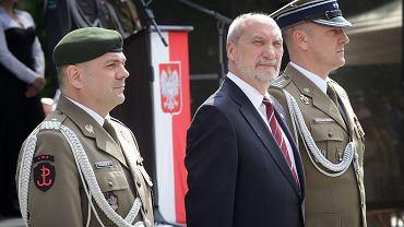 Antoni Macierewicz podczas uroczystości złożenia przysięgi przez Pierwszą Podlaską Brygadę Obrony Terytorialnej