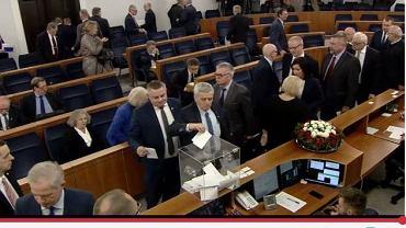 Senator Kogut w czasie głosowanie wniosku o uchylenie mu immunitetu.