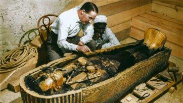 Howard Carter ogląda sarkofag Tutanchamona