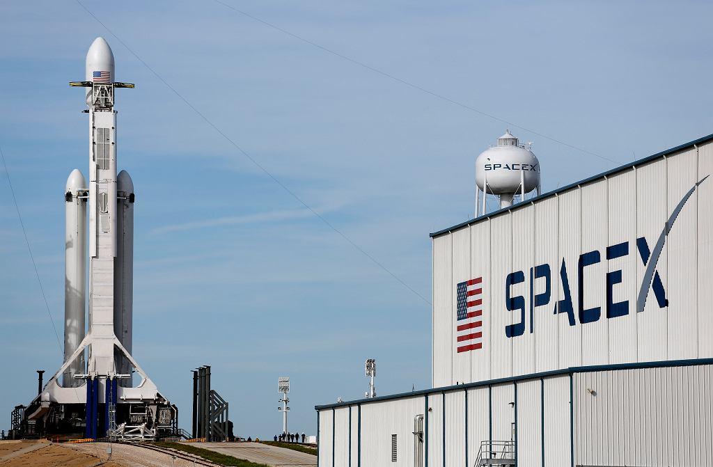 Rakieta Falcon Heavy na przylądku Canaveral na Florydzie
