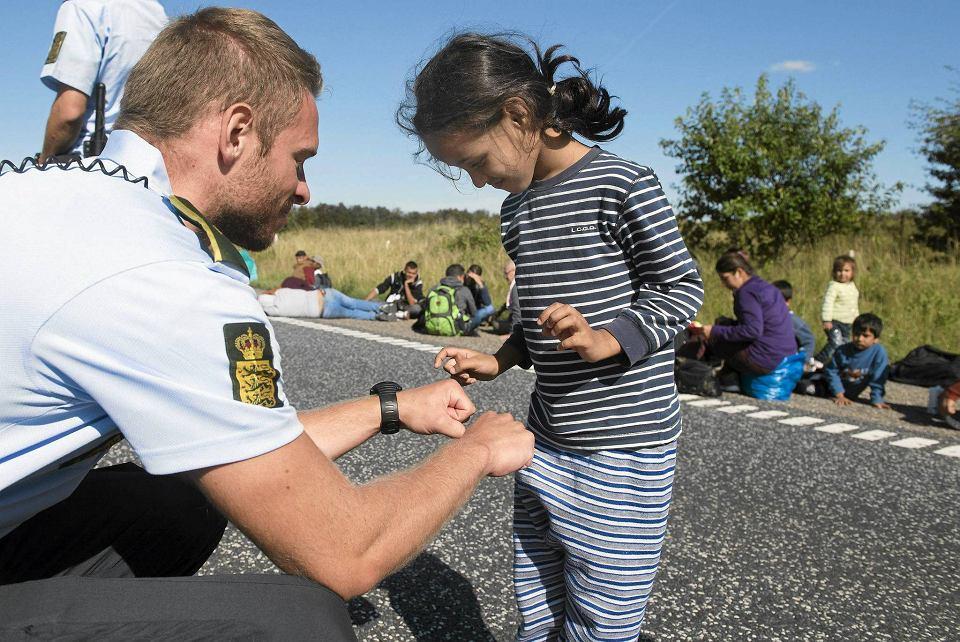 Duński policjant bawi się z syryjską dziewczynką