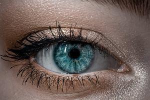 Makijaż dla opadającej powieki. Powiększy optycznie oko i nada spojrzeniu kociego charakteru