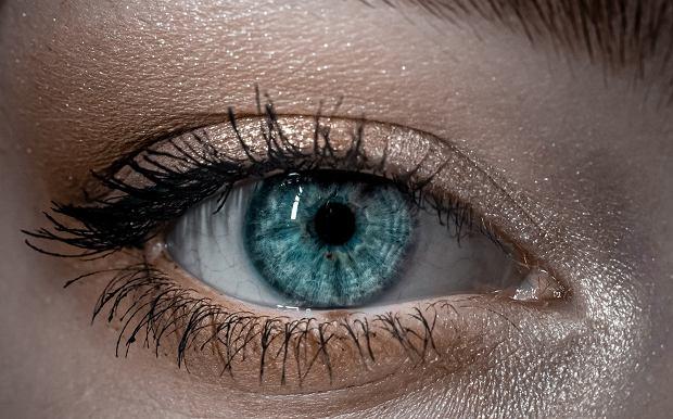 Makijaż dla opadających powiek. Jak wymodelować i optycznie powiększyć oko?