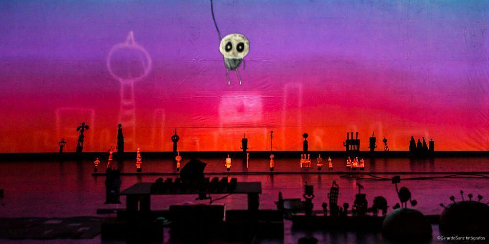 Performance teatralny na żywo '2062' Karli Kracht i Andrésa Beladieza z Hiszpanii
