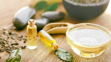 Olejek z drzewa herbacianego ma rozległe zastosowanie. Zdjęcie ilustracyjne