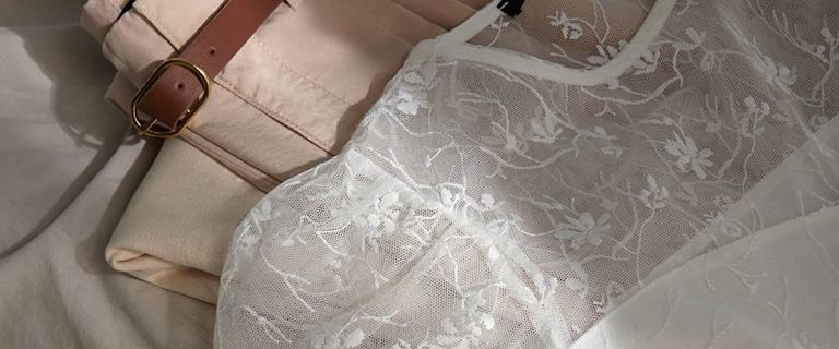 Bluzki Mohito dla pań po 50-tce: Koronkowy model w romantycznym stylu ukryje mankamenty sylwetki!