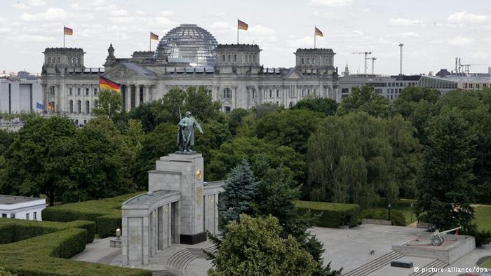 Pomnik Żołnierzy Radzieckich w Berlinie-Tiergarten w pobliżu Bramy Brandenburskiej i Reichstagu, odsłonięty 11 listopada 1945 r.