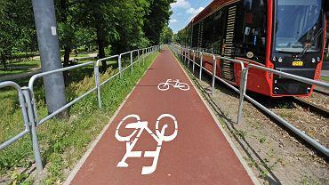 Katowice, barierki wzdłuż nowej drogi rowerowej wzdłuż al. Korfantego