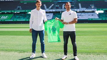 Bartosz Białek (z lewej) podczas prezentacji z koszulką VfL Wolfsburg