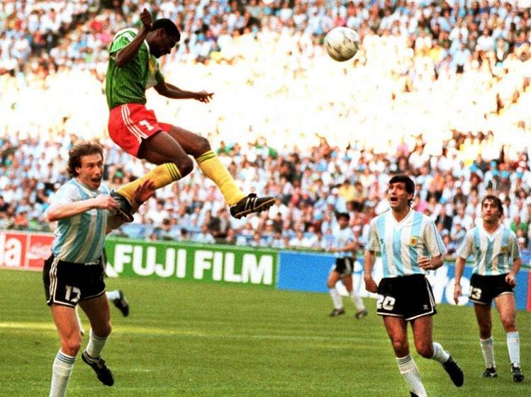 8 czerwca 1990 roku. Francois Omam-Biyik strzela bramkę Argentynie
