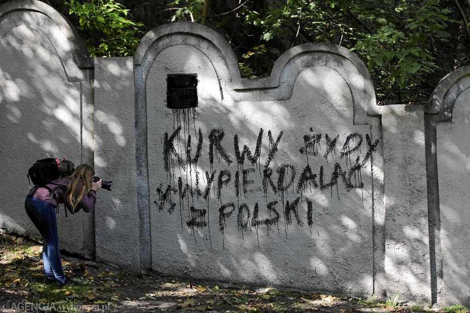 Zdjęcie numer 3 w galerii - Nieznani sprawcy zdewastowali fragment muru krakowskiego getta.