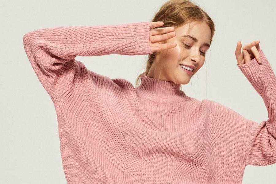 różowy sweter z grubym splotem