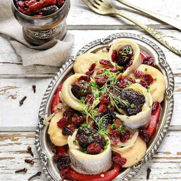 Roladki śledziowe z farszem z suszonych śliwek, żurawiny i pomidorów