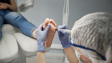 Podologia jest to rozwinięta na świecie i dopiero raczkująca w Polsce dziedzina medycyny, która dotyczy wszelkich zabiegów wykonywanych na stopach