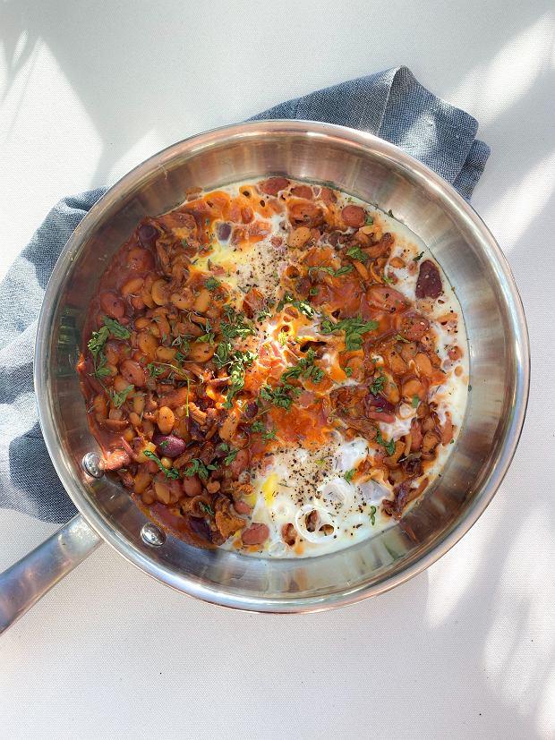 Jajka z pomidorami z fasolką i kurkami