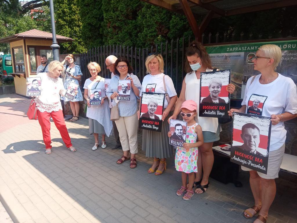 Akcja solidarności z przetrzymywanymi w więzieniu przez reżim Aleksandra Łukaszenki Andżeliką Borys - prezes Związku Polaków na Białorusi i dziennikarzem, działaczem tego związku Andrzejem Poczobutem. Akcję zorganizowali w niedzielę (25 lipca) pod konsulatem białoruskim w Białymstoku członkowie Związku Polaków na Białorusi