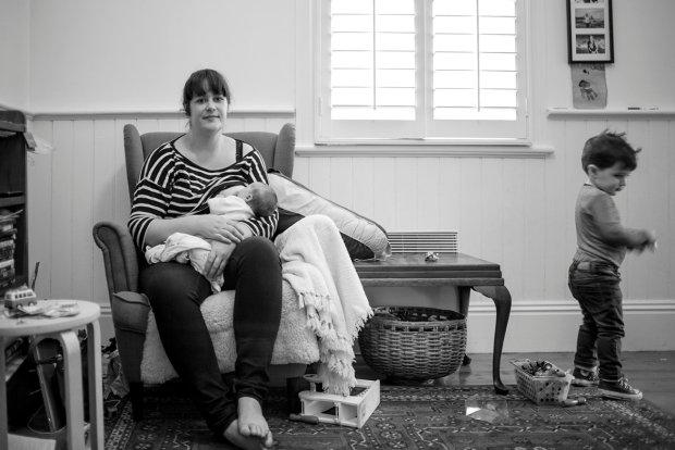 """"""" Cieknące mleko, zaplamiona bluzka, pogryzione piersi"""". Fotografka zebrała prawdziwe historie karmiących mam [ZDJĘCIA]"""