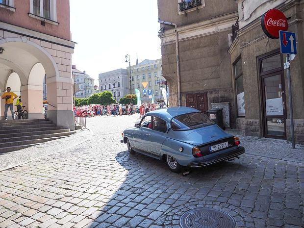 Zdjęcie numer 32 w galerii - Międzynarodowy rajd zabytkowych pojazdów na Rynku w Wałbrzychu. Było co podziwiać [ZDJĘCIA]