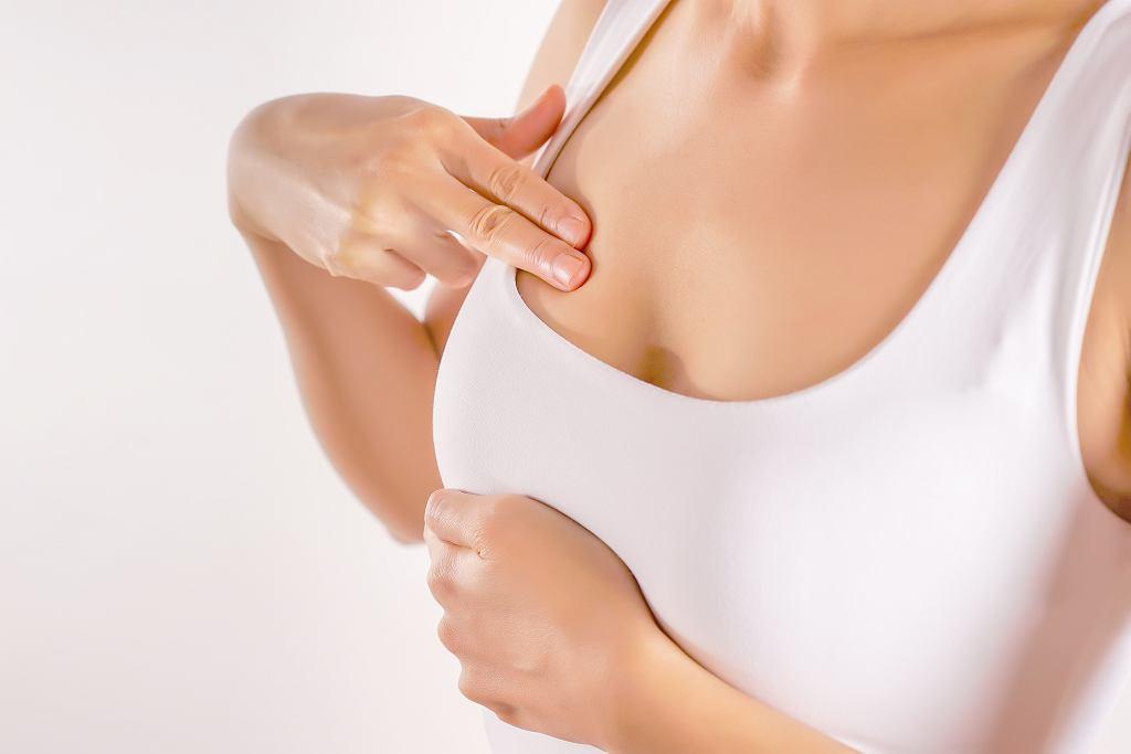 Samobadanie piersi powinno się wykonywać regularnie. Zdjęcie ilustracyjne