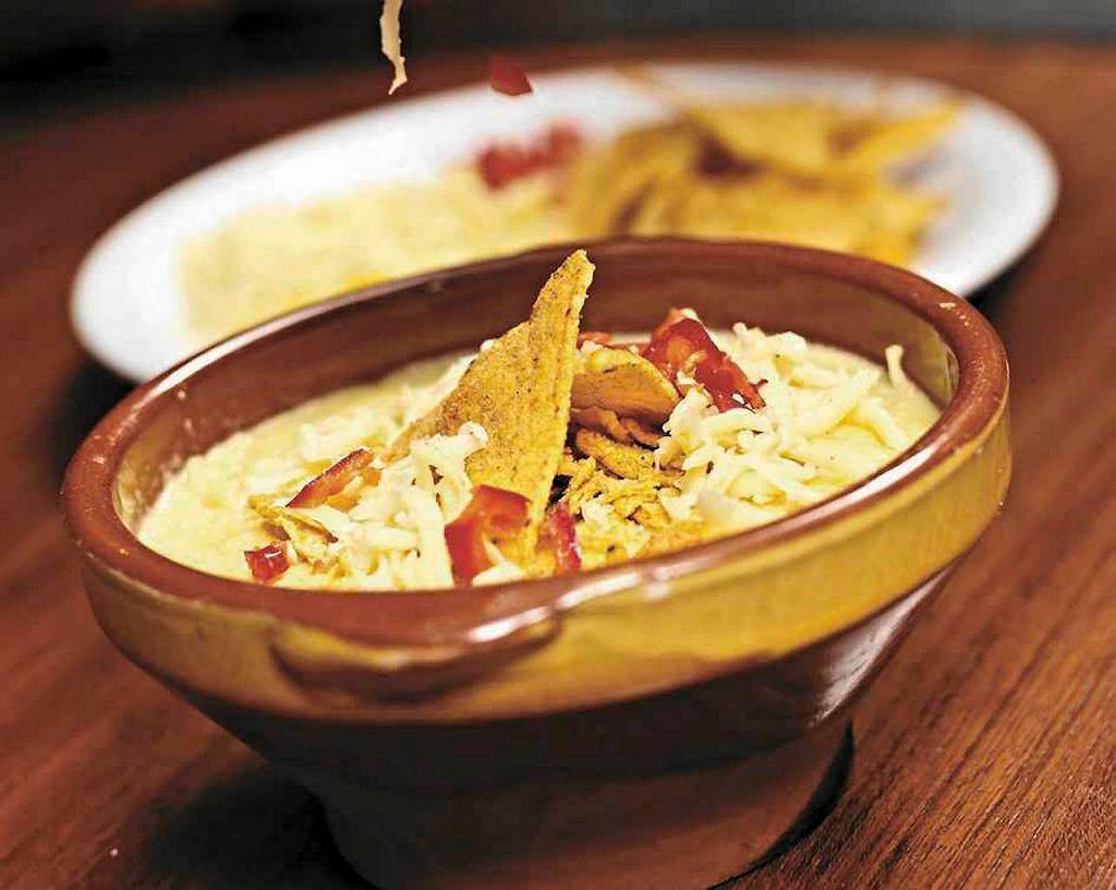 Zupa kukurydziana z nachos i serem cheddar