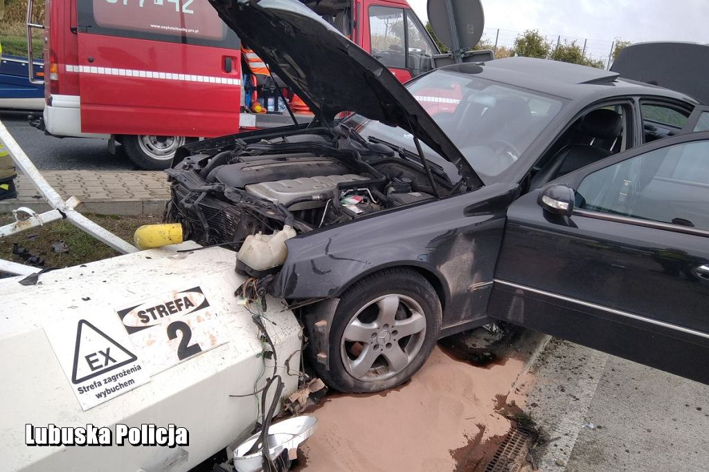Lubuskie. Pijany kierowca z impetem wjechał w stację paliw.