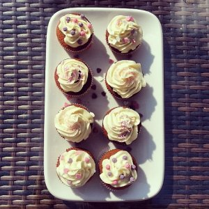 Słodkie cupcake z lemon curd i maślanym wierzchem