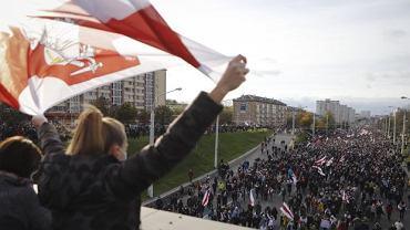 Mińsk - manifestacja przeciwników Alaksandra Łukaszenki. Protesty trwają od początku sierpnia, kiedy ogłoszono, że wybory prezydenckie wygrał właśnie Łukaszenka