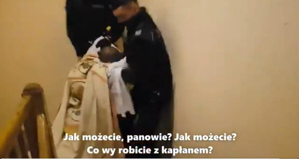 Policjanci wynieśli księdza z nabożeństwa, bo nie stosował się do obostrzeń.