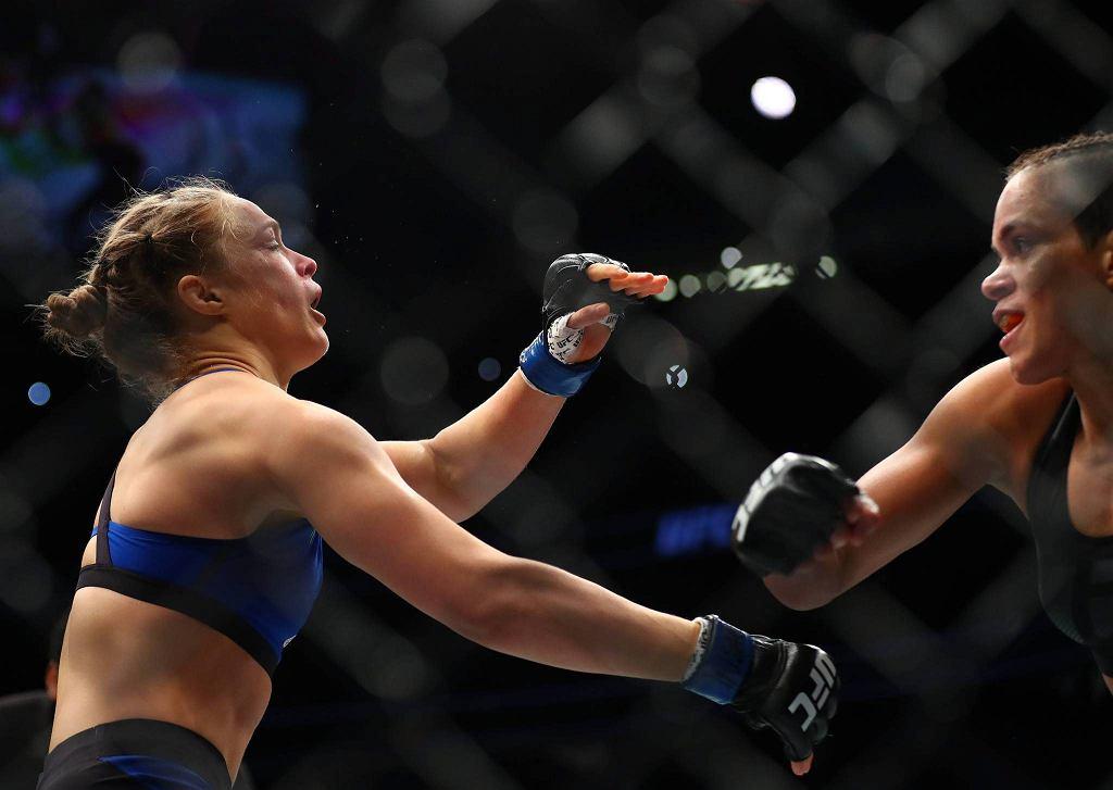 Największa medialna gwiazda amerykańskiego MMA - Ronda Rousey - wróciła do oktagonu UFC po rocznej przerwie i została brutalnie znokautowana, w walce o mistrzowski pas wagi koguciej, przez Amendę Nunes!