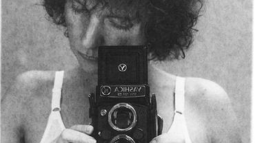 Teresa Gierzyńska 'Leworęczna' (z cyklu 'O niej'), 1981, odbitka srebrowa montowana na tekturze, ołówek, 28,5 x 19,5 cm