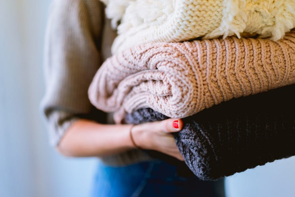Modne swetry z wełny merynosa robią furorę. Na czym polega ich fenomen?