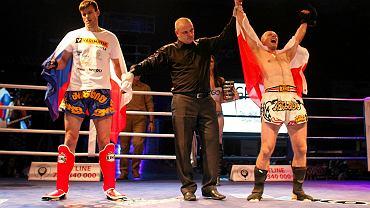 Katowiczanin Marcin Tomczyk, mistrz świata w tajskim boksie, podczas finałowej walki w Pradze z Czechem Pavlem Hennrichem