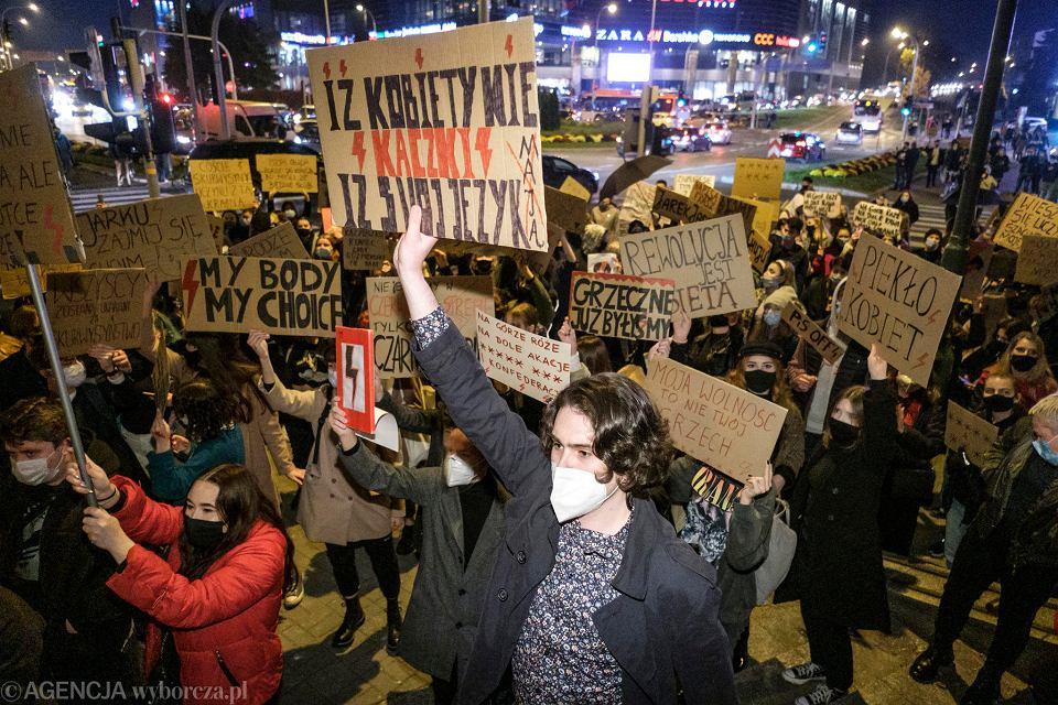 Strajk kobiet. Protesty na Podkarpaciu nie ustają. W piątek odbędą się kolejne manifestacje (zdjęcie ilustracyjne). Na zdjęciu: W środę tysiące osób zablokowało centrum Rzeszowa. Protest próbowali zakłócić narodowcy