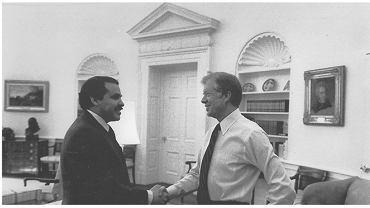 Mendez (L) i prezydent Jimmy Carter podczas tajnej ceremonii w Białym Domu po operacji w Iranie