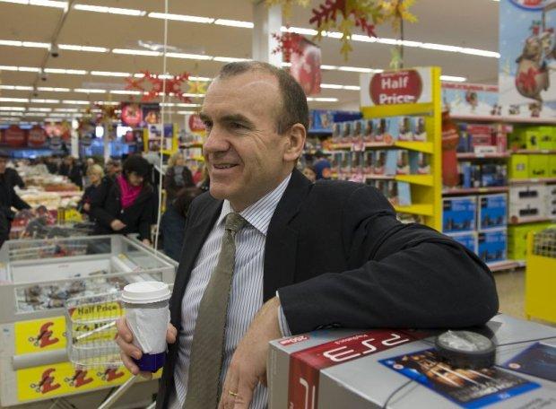Terry Leahy, dziś już były szef Tesco, w sklepie tej sieci w angielskim mieście Cheshunt, grudzień 2009 r.