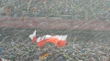 To miało być wielkie święto skoków, a dla nas, Polaków, okazja do zobaczenia z powrotem na skoczni Kamila Stocha w oficjalnym konkursie. Pogoda pokrzyżowała jednak plany organizatorów, a zawody Oberstdorfie odbędą się w poniedziałek o 17:30.