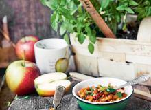 Jabłkowy bigos z kiełbasą i ziołowym przecierem pomidorowym - ugotuj