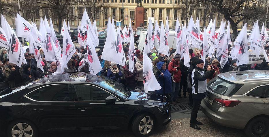 Związkowcy z oświatowej 'Solidarności' protestują przed Urzędem Wojewódzkim w Katowicach