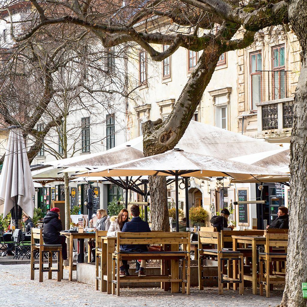 Słowenia, stoliki przed Klobasarną w Lublanie
