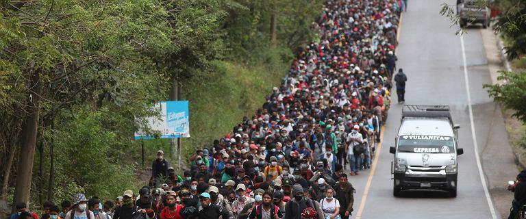 Tysiące migrantów z Hondurasu maszerują w kierunku USA