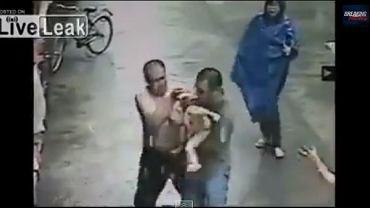 """Mężczyzna łapie dziecko, które wypadło z okna. Kadr z filmu: """"Man Catches Baby In Window Fall"""""""