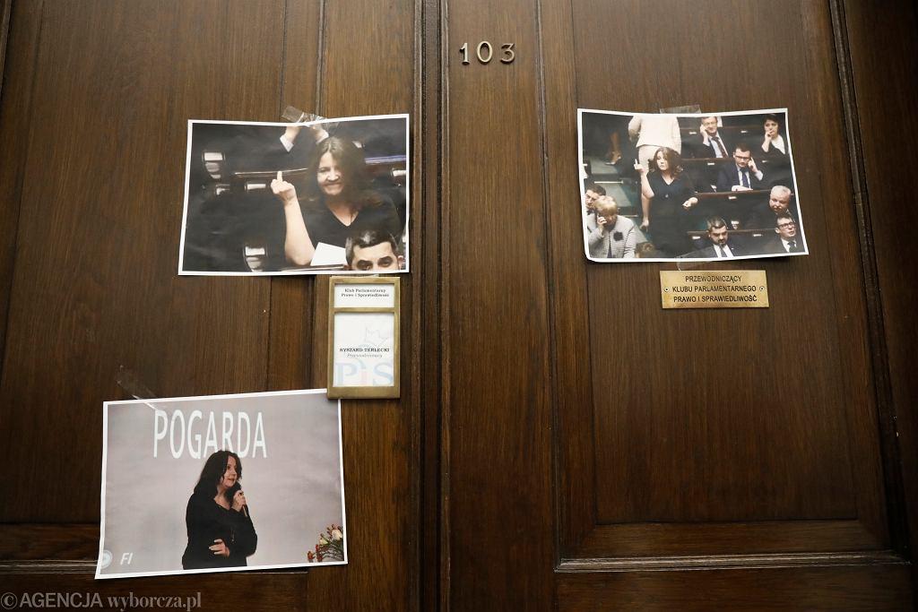 Drzwi pomieszczeń Klubu Parlamentarnego Prawa i Sprawiedliwości ze zdjęciami Joanny Lichockiej, 13.02.2020