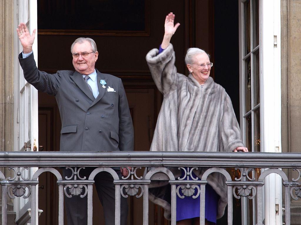 Książę Henryk i królowa Danii Małgorzata II w futrze z norek pozdrawiają poddanych.