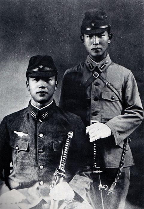 Portretowe zdjęcie Hiro Onody (P) i jego młodszego brata Shigeo (L) wykonane w 1944 roku przed wysłaniem obu na front