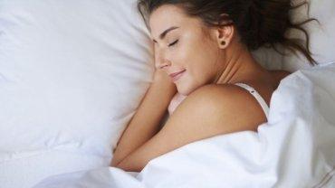 To, w jakiej pozycji śpisz, może wpływać na treść twoich snów - twierdzą badacze.