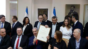 Premier Izraela Benjamin Netanjahu pokazuje 'prezencik' od Donalda Trumpa: oficjalny dokument, w którym USA uznają Wzgórza Golan za część Izraela. Jerozolima, 14 kwietnia 2019 r.